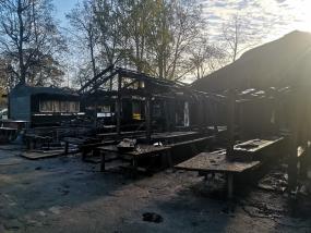 Ogres tirgū ugunsdzēsēji dzēsuši koka nojumes un kioskus